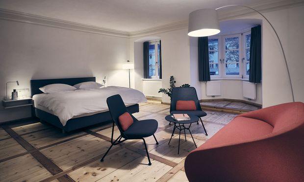 Zimmer mit restauriertem Boden und modernem Interieur.