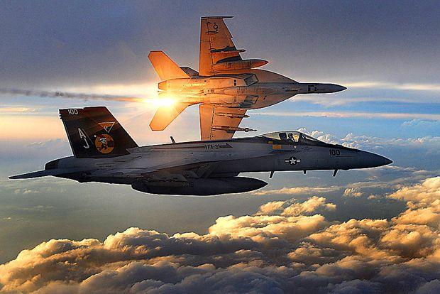 Zwei F-18 der Strike Fighter Squadron 31