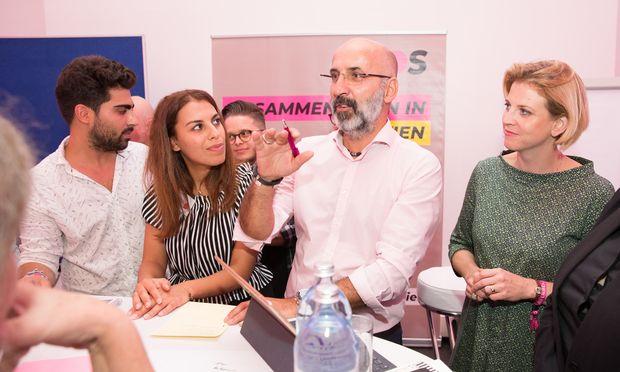 Richtige Worte finden: Kenan Güngör (Mitte), Beate Meinl-Reisinger (re.).