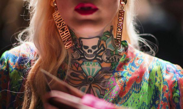 Archivbild: Eine tätowierte Frau bei der Berlin Fashion Week 2015 / Bild: REUTERS