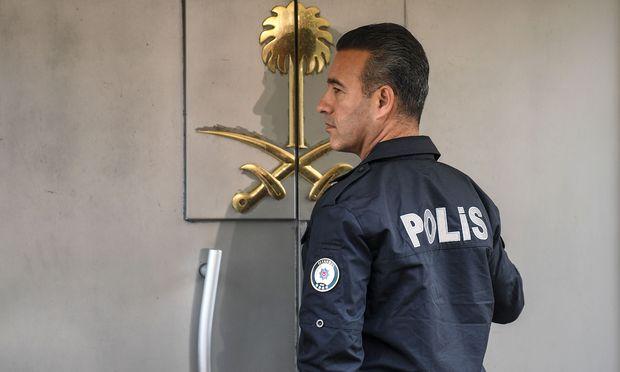 Türkische Führung fordert Ermittlungen. Ein türkischer Polizist vor dem saudischen Konsulat in Istanbul.