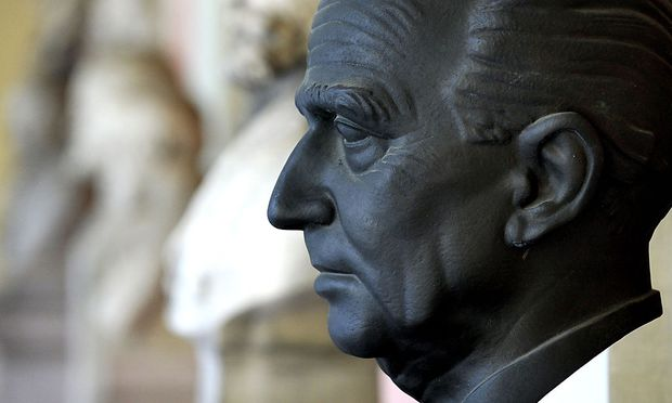 Eine Büste von Hans Kelsen im Arkadenhof der Universität Wien