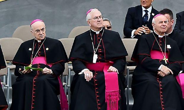 Ex-Nuntius Carlo Maria Vigano (Mitte) ging vor der Veröffentlichung seiner Vorwürfe auf Tauchstation.