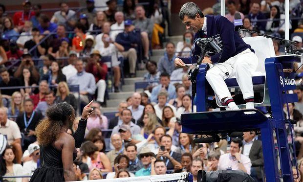Serena Williams diskutiert mit Carlos Ramos