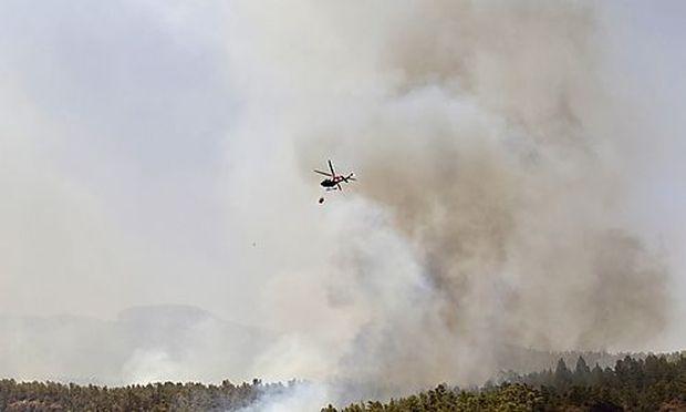 Ein Waldbrand bedroht den Naturpark auf Teneriffa.