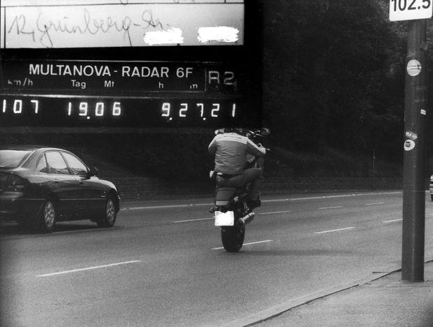 Klassiker aus dem Radarkasten: Motorrad mit 107 km/h auf der Grünbergstraße (Ortsgebiet) - auf dem Hinterrad.