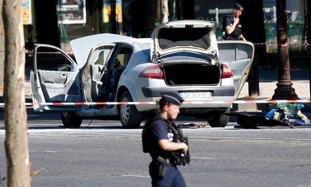 Polizei sichert den Ort des Angriffes in Paris.