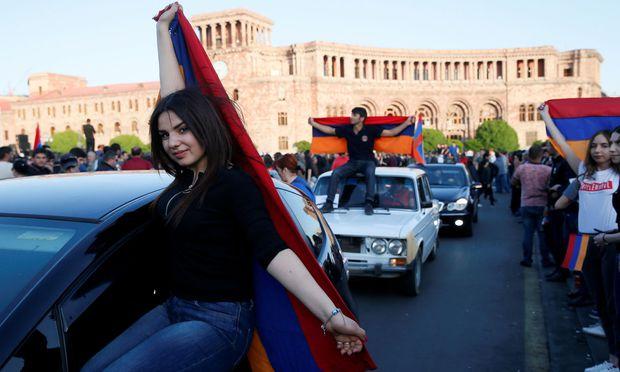 """""""Revolution der Liebe"""": Autokorso im Zentrums Jerewans."""