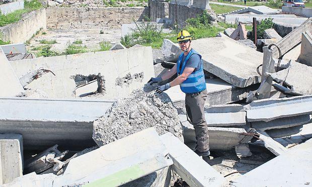 Zum Glück nur eine Übung: die Erkundung eines erdbebengeschädigten Schlosses in Niederösterreich.