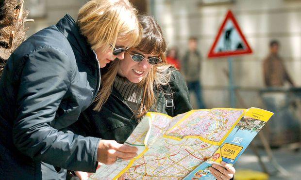 Stadtplan. Die Haptik von raschelndem Papier statt digitaler Wünschelrute: Mancher Tourist schätzt den guten  alten Stadtplan. Und Direktauskunft bei der Tourist-Info.