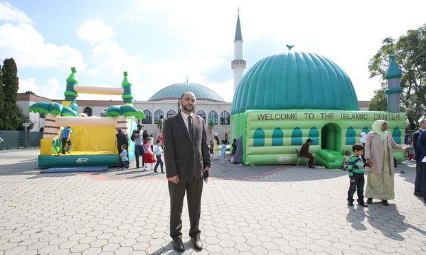 """Hashim Mahrougi, Direktor der Moschee, sprach am Sonntag von """"Liebe und Frieden"""". Vorwürfe, seine Moschee sei ein Ort der Radikalisierung, seien """"lächerlich""""."""