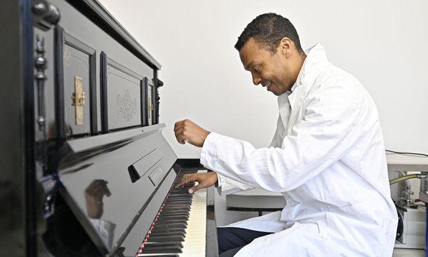 """""""Es ist einfacher, Profi-Chemiker und Amateurmusiker zu sein, als umgekehrt"""": Nuno Maulide, soeben zum """"Wissenschafter des Jahres"""" 2018 ernannt, an dem alten Klavier, das nun im Institut für organische Chemie (Wien 9, Währinger Straße 38) steht."""