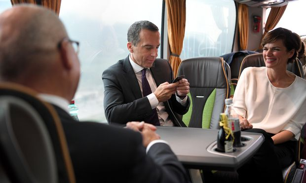 Bundeskanzler Christian Kern und Ministerin Pamela Rendi-Wagner im Tourbus der SPÖ.