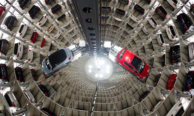 Volkswagen (im Bild ein Beetle und ein Golf VII) setzt trotz der Abgasaffäre so viele Autos ab wie nie zuvor. Die Aktie ist von den einstigen Rekordständen weit entfernt.