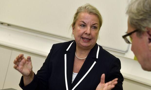 """Beate Hartinger-Klein hielt sich in Interviews nicht an die Vorgaben des Regierungsprogramms. Bei der Reform des Arbeitslosengeldes bekommt sie deshalb """"Unterstützung""""."""