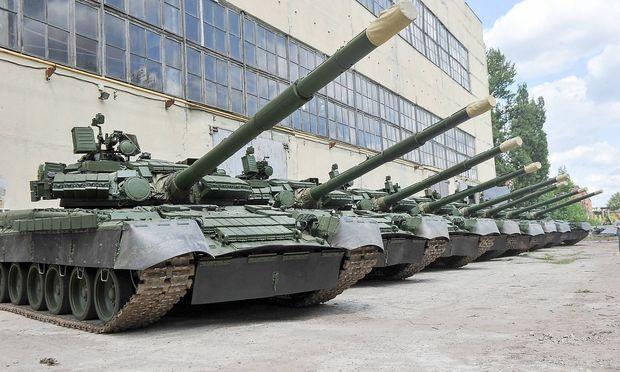 AKTUELLES ZEITGESCHEHEN Fotostory Panzer Werkstatt in Kharkiv Malyshev Fabrik Modernized T 80 tan