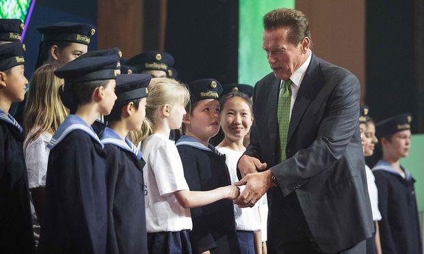 """Arnold Schwarzenegger schüttelte einigen Sängerknaben nach der Eröffnung des """"Austrian World Summit"""" die Hand."""
