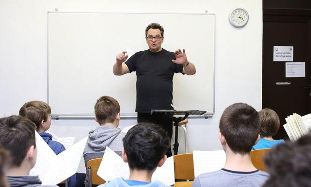 Im 10. Bezirk probt Peter Lang mit dem Mozart-Knabenchor das Requiem in d-Moll.
