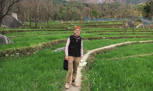 Simon Rella auf dem Nachhauseweg von der Einsatzstelle Nishtha zu seinem einfachen Lehm- zimmer bei einer indischen Bauernfamilie.