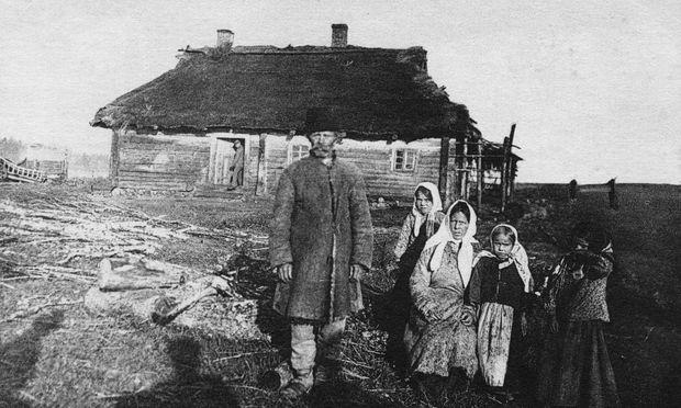 Das flache Land in Russland war immer schon bettelarm – der Krieg machte die Bauern noch ärmer und damit auch rebellischer. (Deutsche Feldpostkarte, 1917)