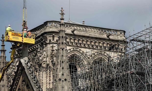 An Notre-Dame werden Stabilisierungsarbeiten durchgeführt. Bis zum Start der Restauration wird es noch dauern.