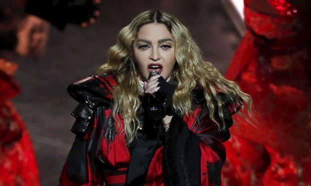 Madonna ist ihrem Sohn zuliebe nach Lissabon gezogen.