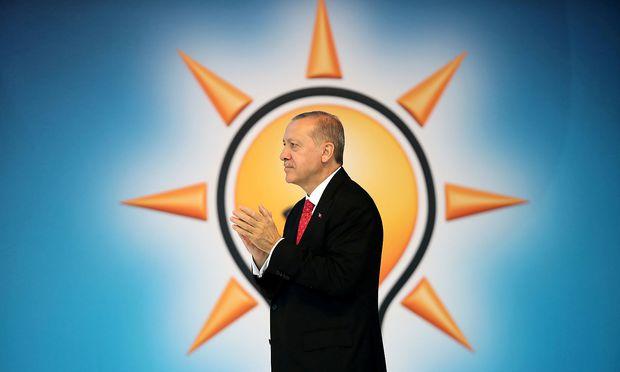 In der Schweiz sollen angebliche Wahlwerbungs-Briefe von Erdogans AKP aufgetaucht sein - abgeschickt aus Österreich.