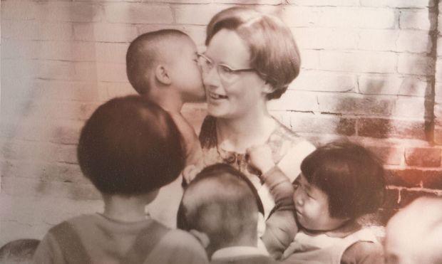 Marianne Stöger mit südkoreanischen Kindern. /