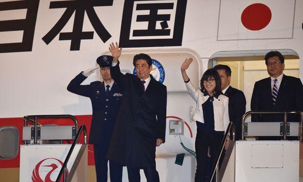 Reise zum Schauplatz des japanischen Großangriffs auf die US-Flotte vor 75 Jahren: Japans Premier Shinzō Abe und Verteidigungsministerin Tomomi Inada brechen nach Pearl Harbor auf Hawaii auf.