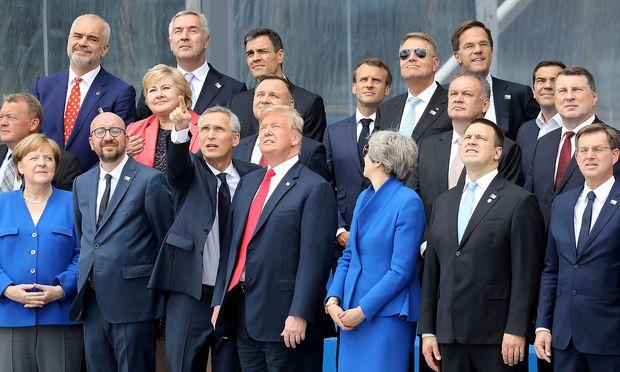 """Nato-Generalsekretär Jens Stoltenberg inmitten der Staats- und Regierungschefs des Bündnis beim """"Familienfoto""""."""
