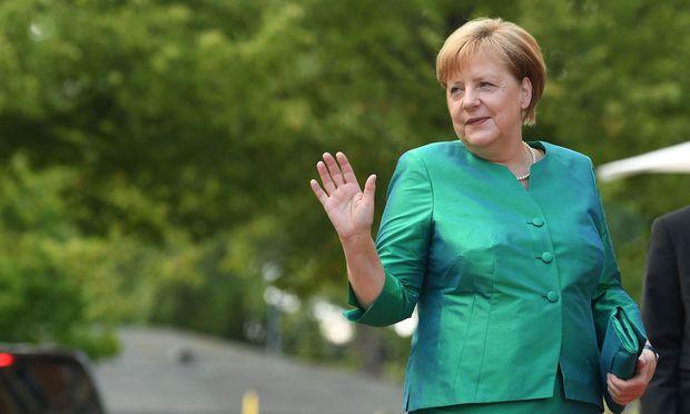 CSU-Innenminister - Seehofer fordert von Merkel mehr Engagement für Ankerzentren
