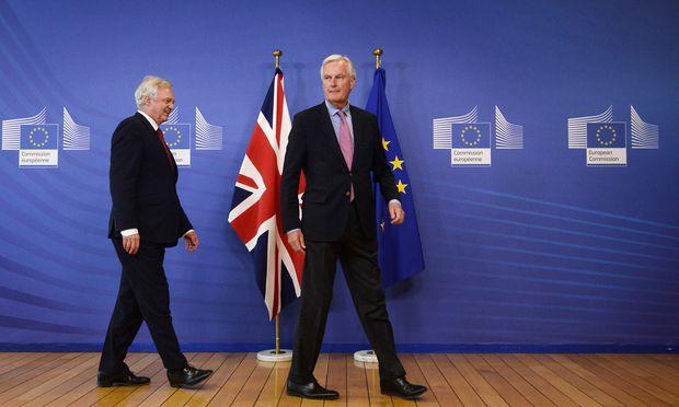 Sie sind die Chefs der Verhandlungsteams: der britische Brexit-Minister David Davis (li.) und EU-Kommissar Michel Barnier.