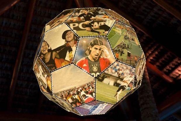 Historische und aktuelle WM-Bilder: auf den Bällen, die über der interaktiven WM-Bar am Pool im Campo Bahia hängen.