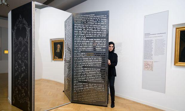 Eva Schlegel neben ihrer Version des Paravents, hinter dem Maria Theresia sich einst vor Juden verbarg.