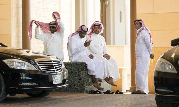 Saudis hier die Fahrer von S Klasse Limousinen am Rande von politischen Gespraechen in Riad Saudi