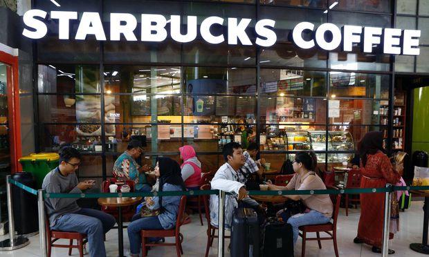 Gratiskaffee für illegale Immigranten? Die US-Kette Starbucks muss Fake News dementieren.