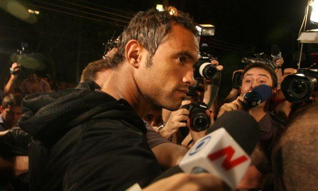 Rio de Janeiro Bruno Fernandes de Souza umringt von Polizei und Journalisten Der brasilianische Torh