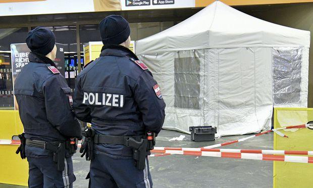 Die am Beginn der Bahnhofshalle liegende Leiche der Frau wurde mit einem Zelt verdeckt, in dem die Kriminalisten von Blicken der Pendler ungestört ihre Arbeit machen konnten.