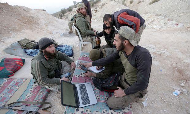 Kämpfer der Freien Syrischen Armee (FSA) an der Front in Afrin