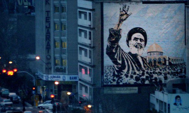 Ayatollah Khomeini und der Abendverkehr in Teheran: Die Erinnerung an den Revolutionsführer verblasst immer mehr. Heute begeht das Land den 40. Jahrestag der Revolution.
