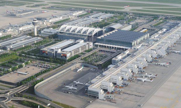 Flugzeugteil stürzt nahe Münchner Flughafen in Feld