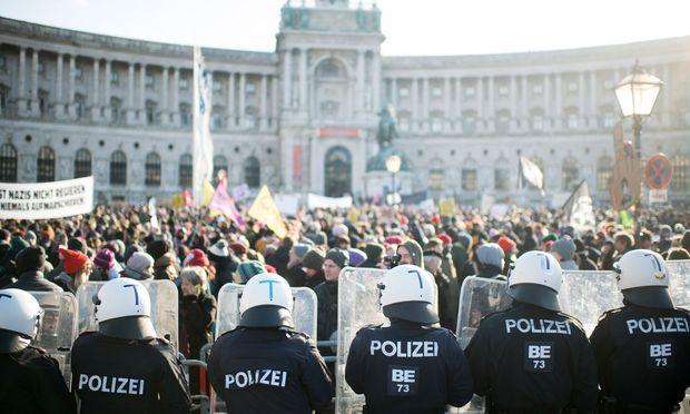 So oder ähnlich wie am Tag der Angelobung, dem 18. Dezember 2017, könnte es am Samstag zugehen: Wieder werden einige Tausend Demonstranten erwartet, wieder ist die Schlusskundgebung vor der Hofburg.