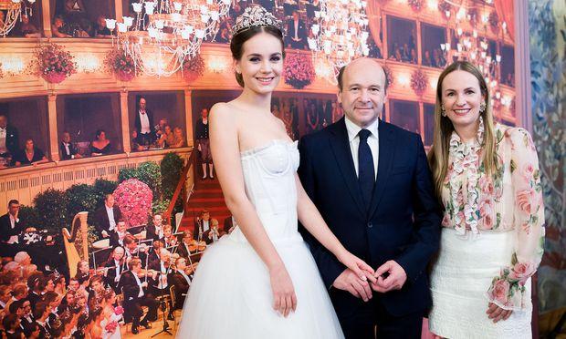 Dominique Meyer und Organisatorin Maria Großbauer mit einer Debütantin im Outfit von Dolce & Gabbana.