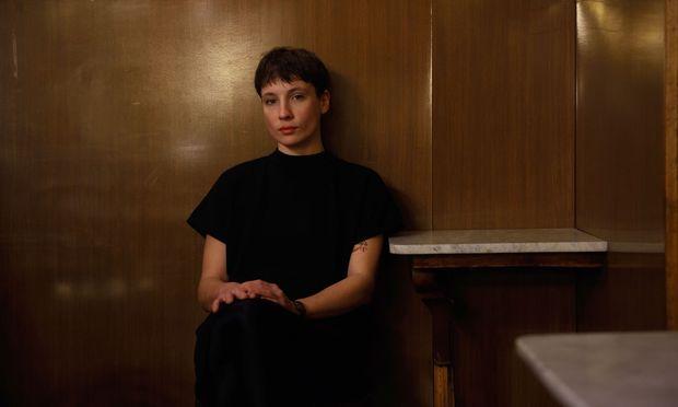 Liedermacherin Sigrid Horn, hier im Caf´e Heumarkt. Ihr Debüt erschien auf Ernst Moldens neu gegründetem Label.