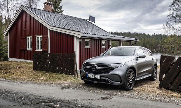 Bescheidene Hütte: Sicher nicht das Fahrzeug im Bild, der Mercedes EQC.