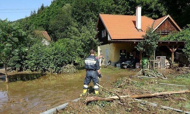 Aufräumarbeiten nach den schweren Unwettern am Mittwoch im Raum Warth im Bezirk Neunkirchen in Niederösterreich.