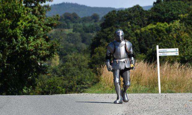30 Kilogramm schwer ist diese Kopie einer mittelalterlichen Rüstung. Der 46-jährige Poincheval durchmisst darin 170 km im Westen der Bretagne.
