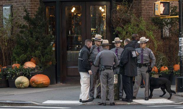 Verdächtige Pakete: Polizisten vor dem Lokal von Robert de Niro in Manhattan.
