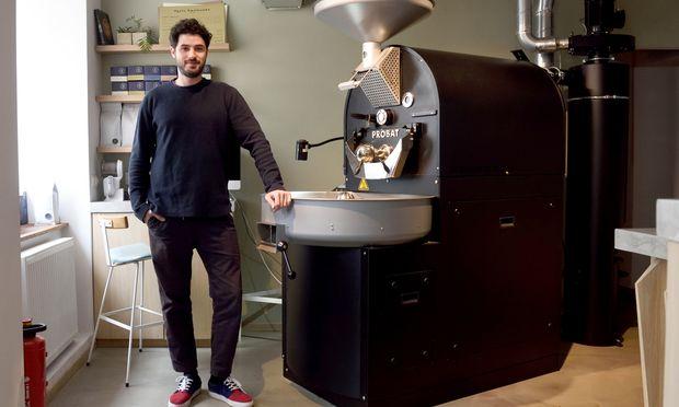 Philip Feyer hat zuerst das Café Jonas Reindl eröffnet, in seiner zweiten Filiale in der Westbahnstraße röstet er auch selbst – vorwiegend im skandinavischen Stil, also wesentlich heller als bei der dunklen italienischen Röstung. / Bild: (c) Die Presse (Clemens Fabry)