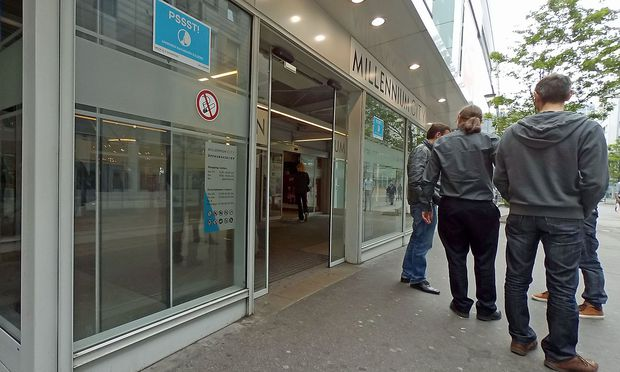 Schon beim Eingang zur Millennium City verbietet ein Schild das Rauchen